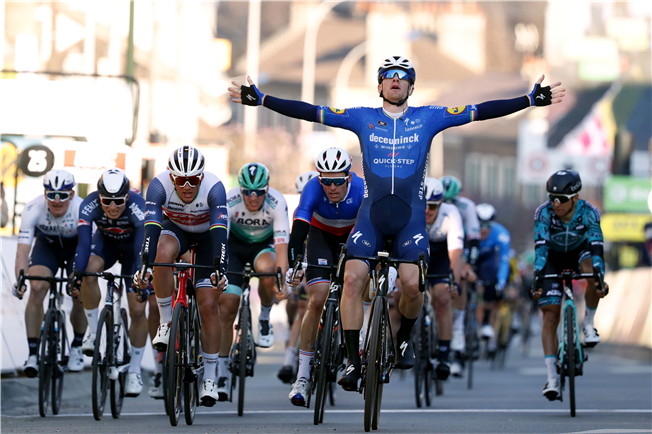 Bennett takes yellow on Paris-Nice opening stage