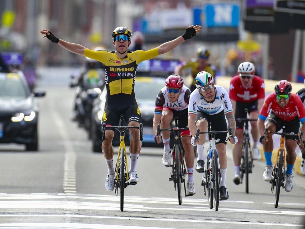 Van Aert to victory in Wevelgem thanks to Van Hooydonck